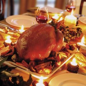 Коледна пуйка с чаша червено вино