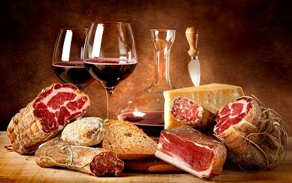 Червено вино с месни деликатеси и сирена