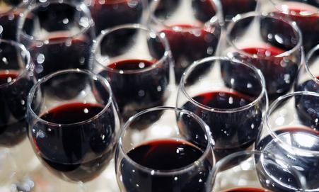 Чаша червено вино приятел на сърцето