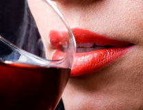 Отпиване на глътка вино по време на дегустация