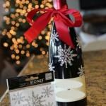 Коледен дрескод - бутилка вино с декорация