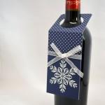 Стилен подарък - вино с коледн картичка. Коледен дрескод за бутилки